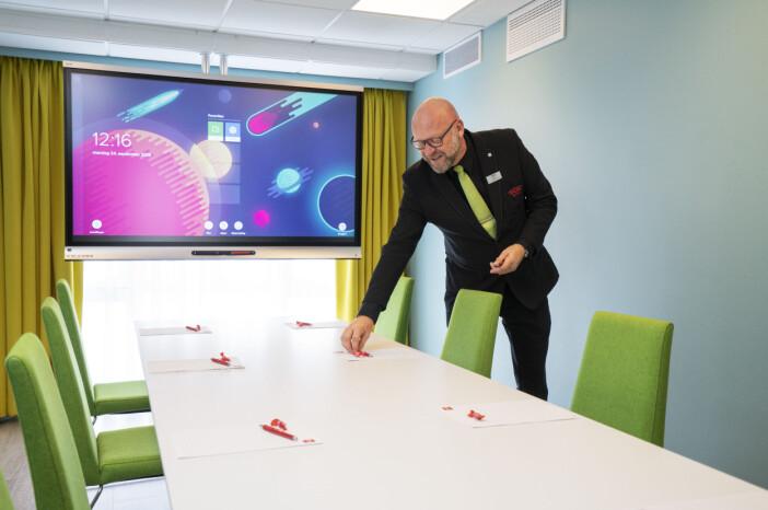Kurs- og konferansevirksomheten på hotellet er godt i gang igjen. Her er K/K-ansvarlig Jan Henrik («Jannis») Olsen i møtelokalet Norom. (Foto: Thon Hotel Kristiansund)