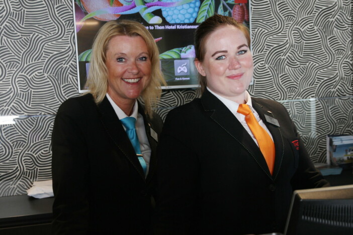 Hotelldirektør Britta Joø sammen med bookingansvarlig Caroline Gundersen. (Foto: Morten Holt)