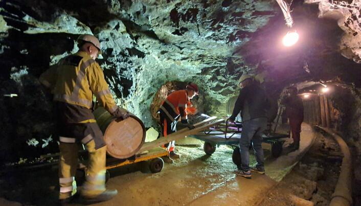 Manuelle operasjoner og tunge løft for å få både fatene inn og ut av gruva. (Foto: Thamsakevitt AS)