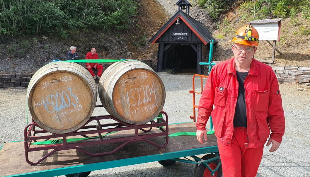 Erik Drugli i Drugli Maskin trakterte både hjullaster og fatene med stødig hånd slik at de trygt kunne sendes videre til Det Norske Brenneri i Grimstad av Br. Rye. (Foto: Thamsakevitt AS)