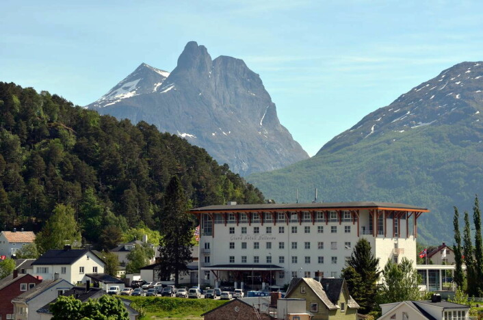 Grand Hotel Bellevue. I bakgrunnen Romsdalshorn. (Foto: Grand Hotel Bellevue)