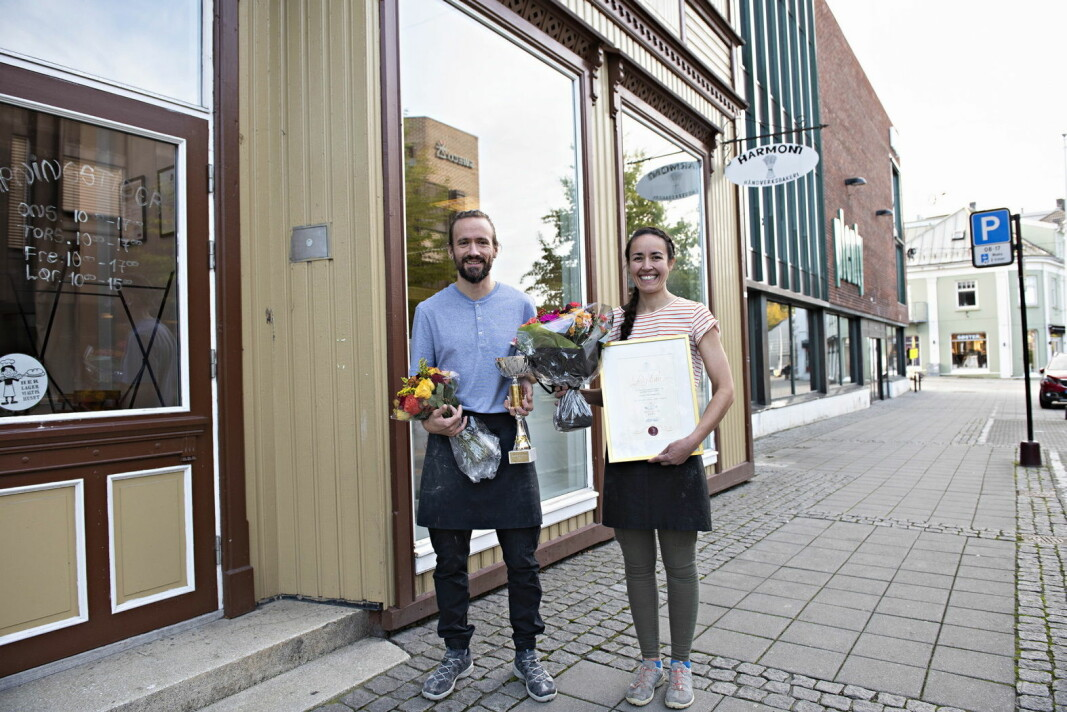Harmoni Håndverksbakeri i Porsgrunn er kåret til Årets Bakeri 2020. Samboerparet Fredrik Lønne og Steffi Haldorsen er stolte vinnere. (Foto: Jon-Are Berg-Jacobsen, Vest Vind Media)