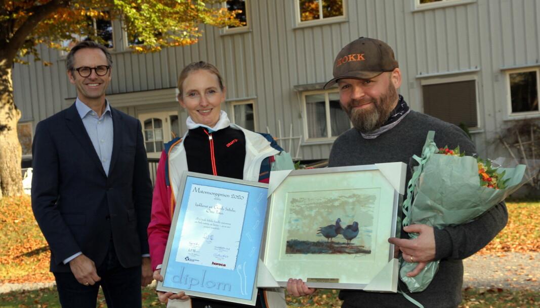 Kokkene på Granly Stiftelse, Toini O. Bratli og Lars Magnus Jenssen, sammen med juryleder Ivar Villa (til venstre). (Foto: Morten Holt) Click to add image caption