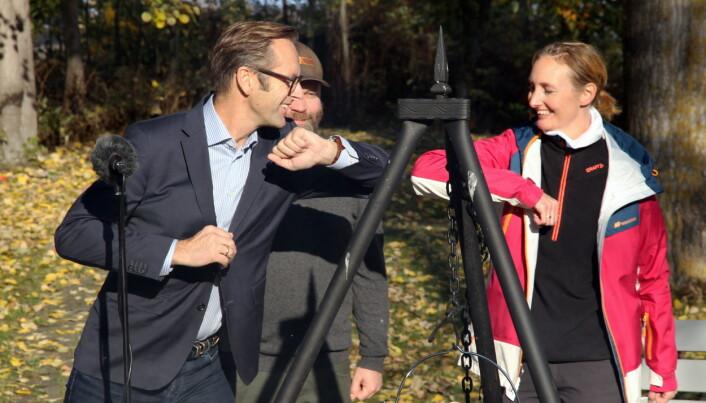 Prisoverrekkelse på koronavis. Juryleder Ivar Villa (fra venstre), kokk Lars Magnus Jenssen og kokk Toini O. Bratli. (Foto: Morten Holt)
