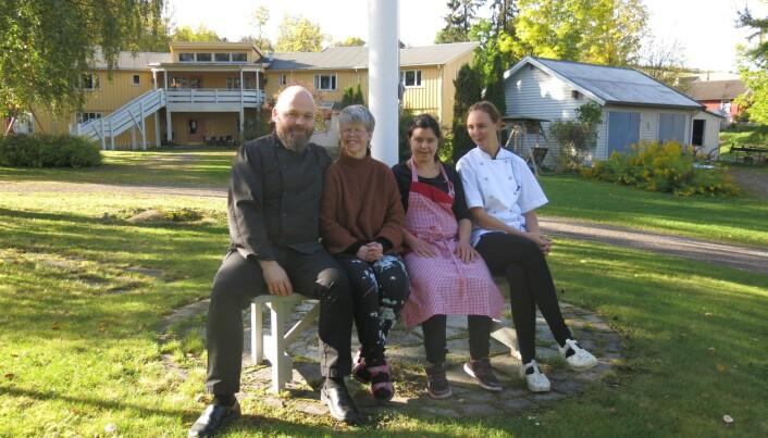 Kokkene Toini O. Bratli og Lars Magnus Jenssen sammen med beboerne Lise og Fathia. (Foto: Elisabeth Strøm)