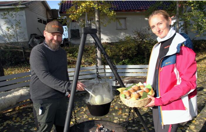 Kokkene Lars Magnus Jenssen og Toni O. Bratli serverte potetsuppe - med lokale og egne råvarer, etter prisseremonien. (Foto: Morten Holt)