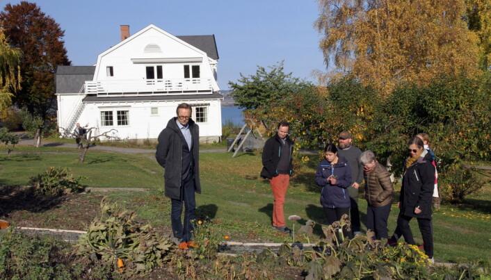 Jurymedlemmer, ansatte og beboere på tur i urte- og grønnsakshagen på Granly Stiftelse. (Fot: Morten Holt)