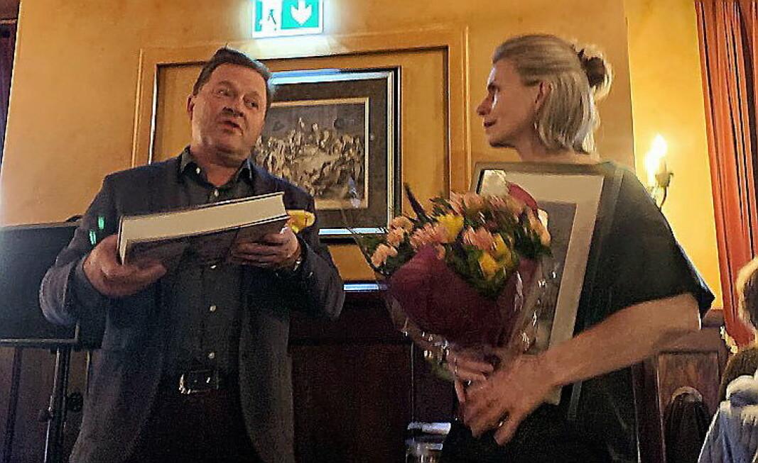 Maj-Britt Aaagaard er Årets lutefiskelsker 2020. Her sammen med prisutdeler Arne Hjeltnes. (Foto: Gamle Raadhus)