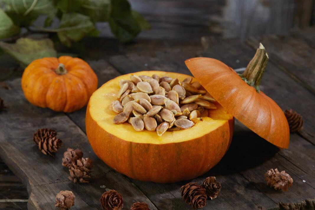 Gresskarkjernene er både sunne og gode. Det kan bli deilig snacks og topping til frokostblandingen. (Foto: OFG)