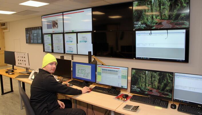 Kaffebrenner og kontrollrommedarbeider Joachim Pietronigro i det avanserte kontrollrommet hos Joh Johannson Kaffe på Vestby. (Foto: Morten Holt)