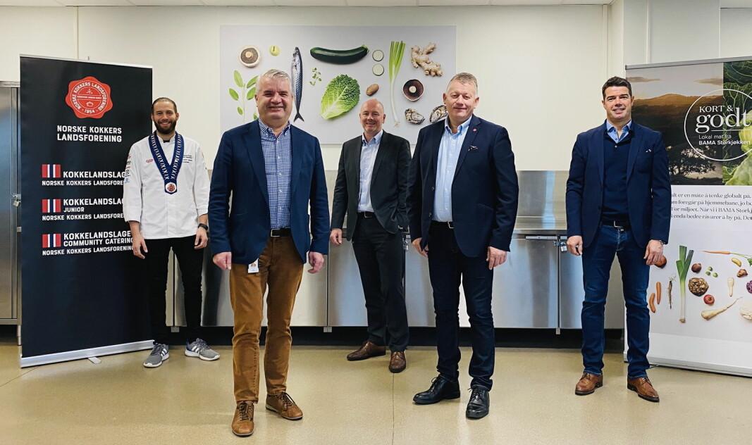 Vi har samarbeidet med NKL i en årrekke, og de er en av våre viktigste samarbeidspartnere. Det er svært gledelig at vi nå går for fire nye år, sier Bent Andersen, administrerende direktør i Bama Storkjøkken (BSK). På bildet er han flankert av NKLs president Kim-Håvard Larsen, salgs- og markedsdirektør i BSK, Jon Eskedal, NKLs daglige leder Espen Wasenius og KAM i BSK, Kjetil Gundersen. (Foto: NKL)