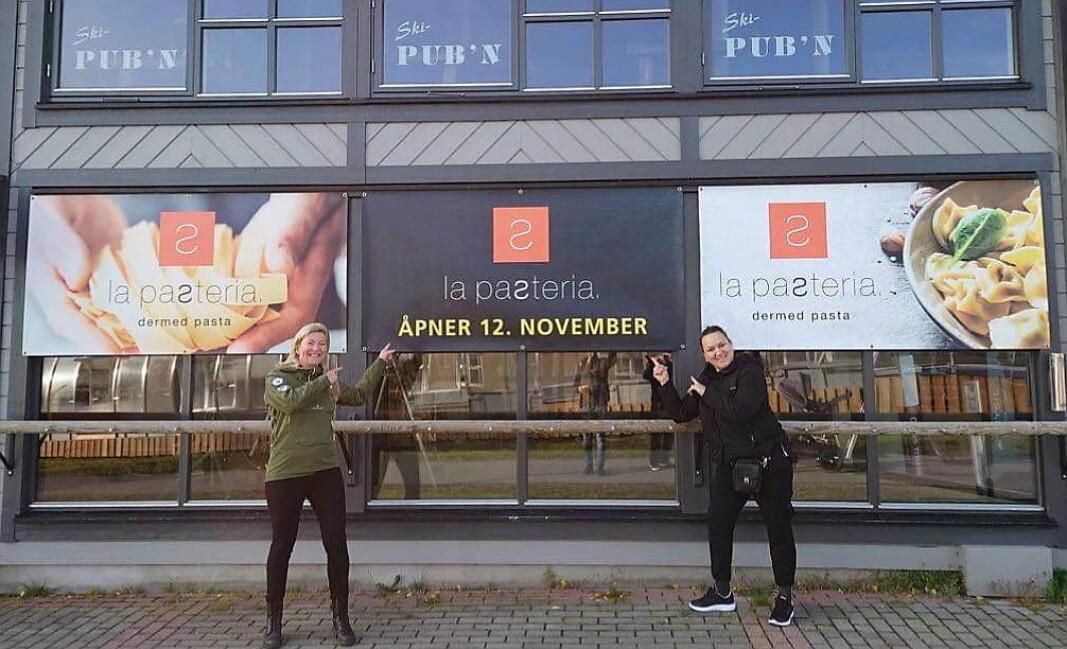 Anett March og Djaki Shefked utenfor lokalet til La Pasteria, som åpnes nå i november. (Foto: Vidar Odden)