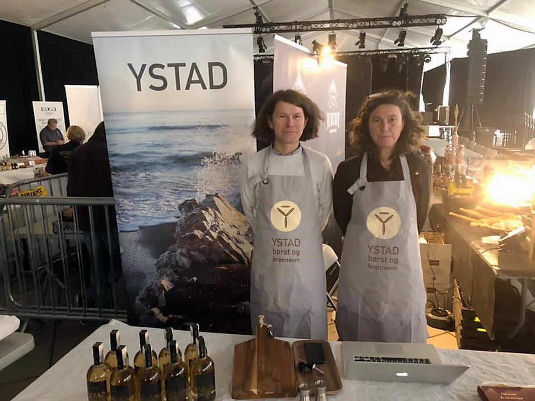 Hallvard Ystad og Ingri Ystad Haakonsen. Bildet ble tatt på Akevittfestivalen på Gjøvik i 2019. (Foto: Ystad børst og brennevin)