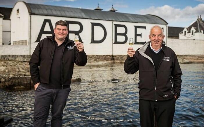 Ny og gammel destillasjonssjef hos Ardbeg; Colin Gordon (til venstre) og Mickey Heads. (Foto: Ardbeg)