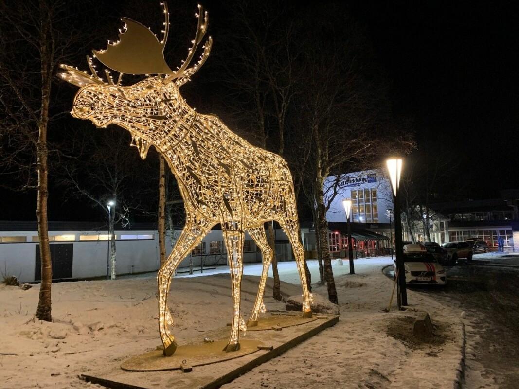 Den lysende elgen utenfor Radisson Blu-hotellet på Beitostølen er fire meter høy. (Foto: DestinasjonsKirurgene)