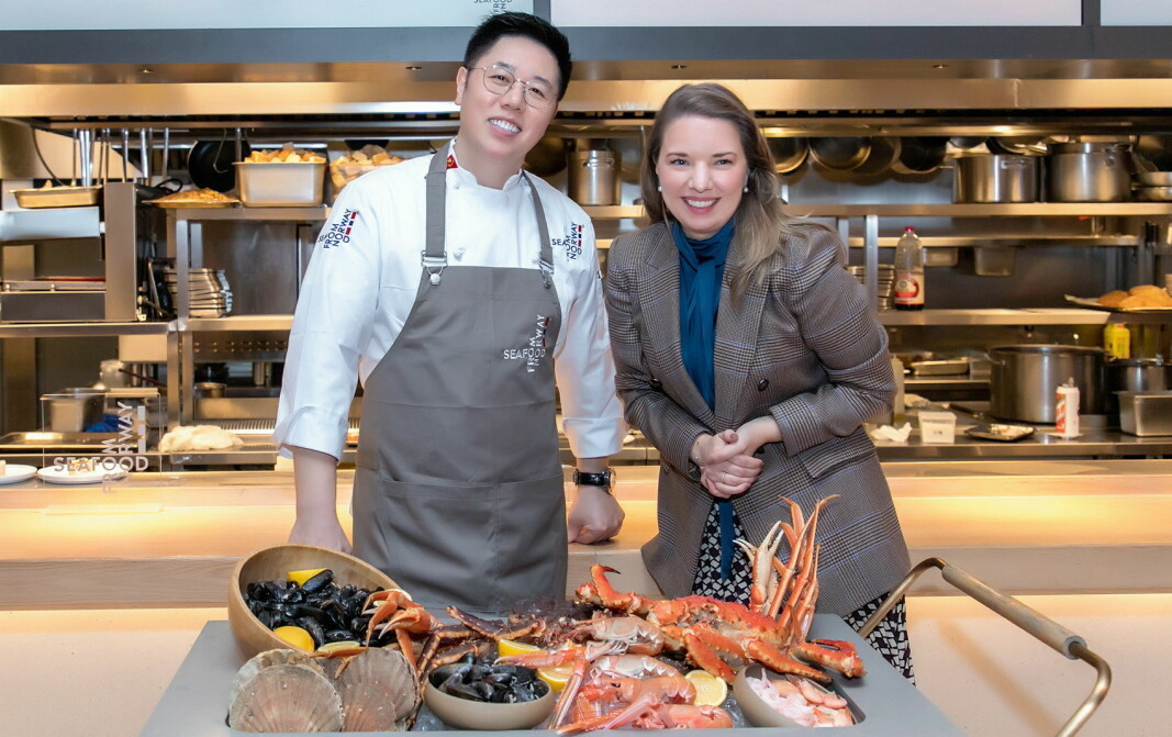 Sjømatrådets utsending i Kina, Victoria Braathen og mesterkokk Alan Yu. (Foto: Norges Sjømatråd