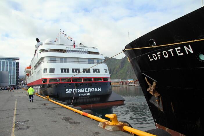 Gammelt og nytt Hurtigruten-skip til kai i Svolvær. (Foto: Morten Holt, arkiv)