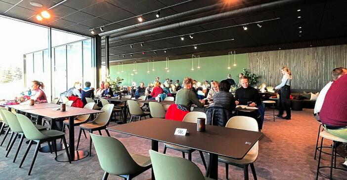 De få bordene som sto ledige, var reservert. Hele lørdag 28. november var fullbooket. (Foto: Veslemøy Eineteig Wedum).