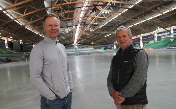 Konrad Sel sammen med salgssjef for Hamar Olympiske Anlegg, Lars Røste. (Foto: Morten Holt)