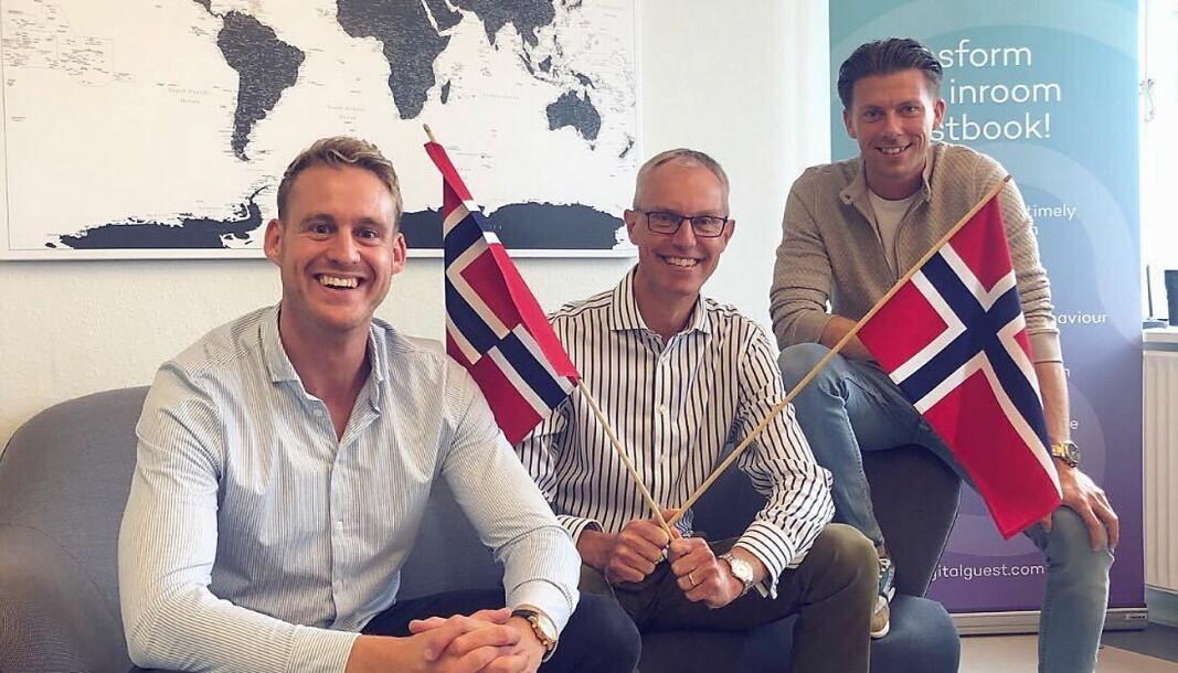 Peter Møller Laursen flankert av eierne av «DigitalGuest», konsernsjef Christian Markedal til høyre og «CSO» Jonathan Bjerg Jacobsen. (Foto: DigitalGuest)