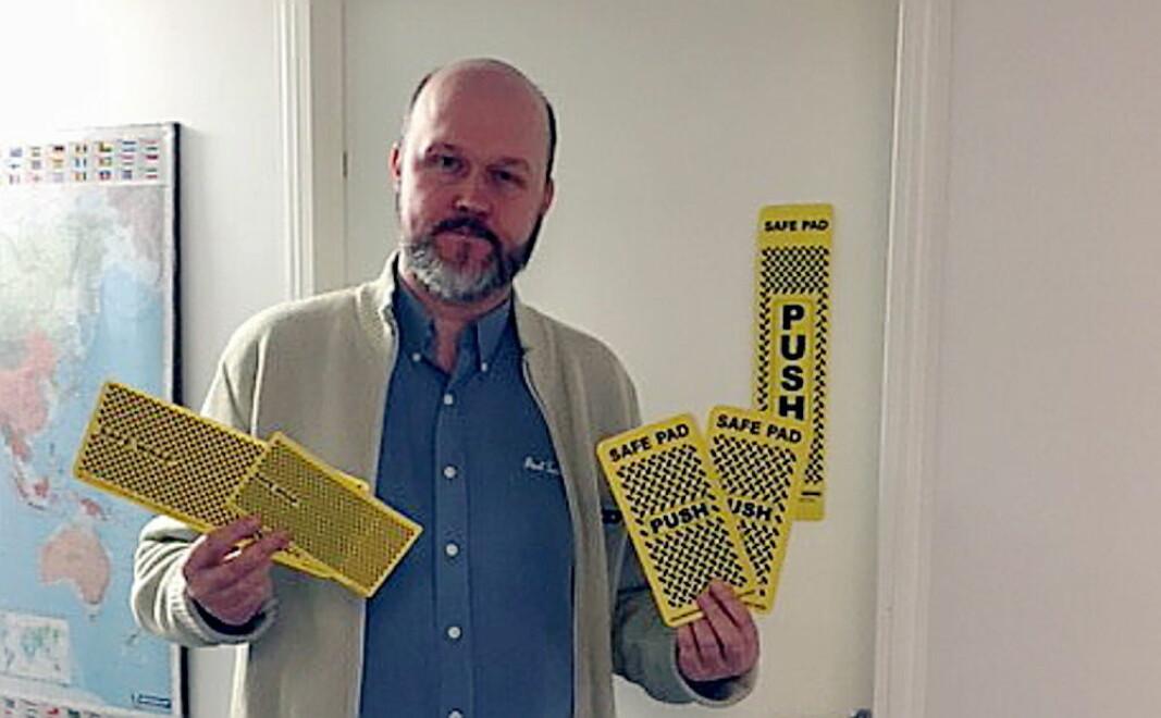 Thor Nielsen med noen eksempler på Safe Pads. (Foto: Insider Facility Services)