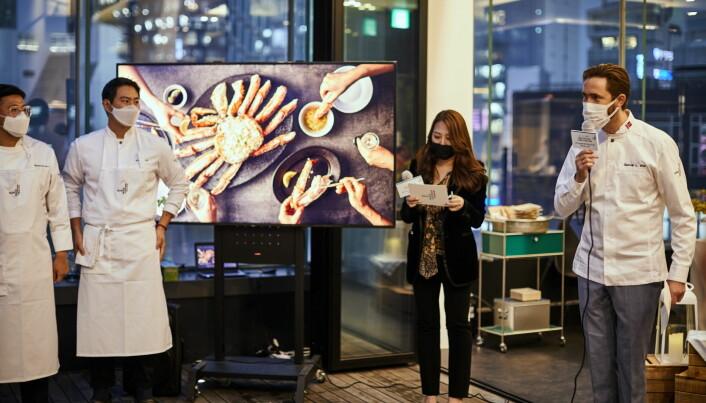 Avtroppende sjømatutsending Gunvar L. Wie (til høyre på bildet) presenterer norsk rød kongekrabbe for sørkoreanske toppkokker. (Foto: Norges Sjømatråd)