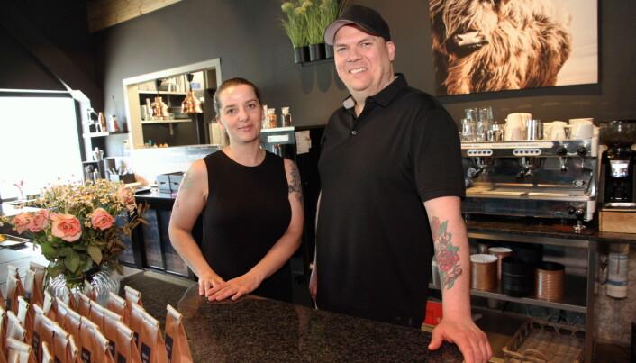 Evelyn Tanguy Skeide og Rune André Vestheim Skeide i spiseriet Soltinn, der også hotellets gjester spiser frokost. (Foto: Morten Holt)