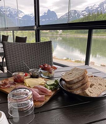 Utsikt mot Romsdalen fra frokostbordet. (Foto: Morten Holt)