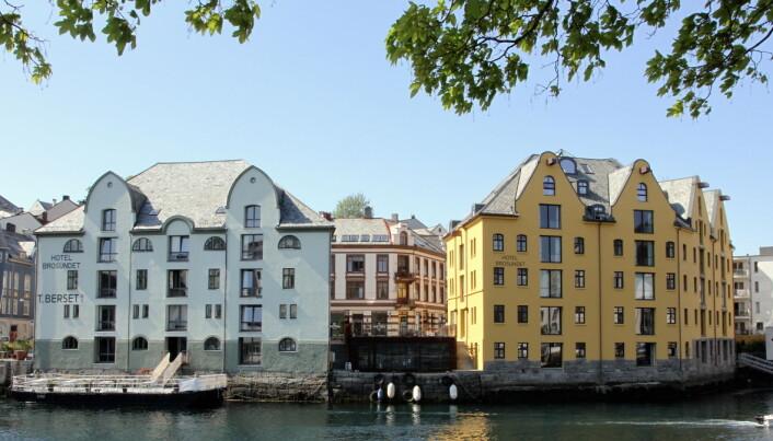 De to byggene som utgjør Hotel Brosundet. (Foto: Morten Holt)