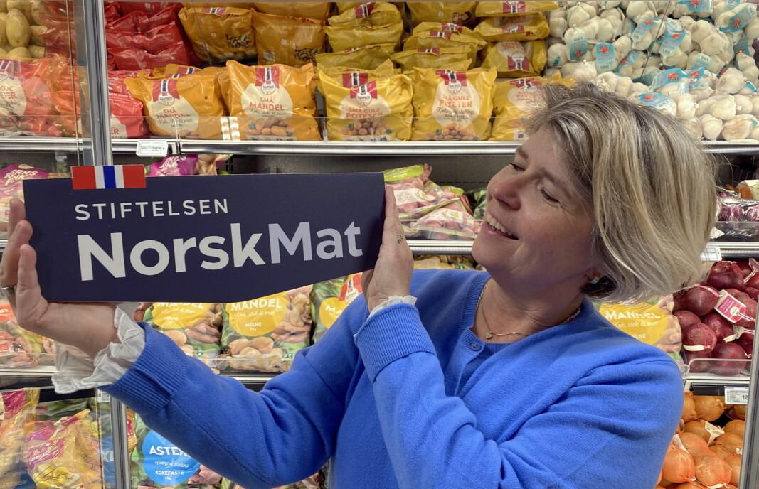 Administrende direktør i Matmerk, som blir til Norsk Mat, Nina Sundqvist, med ny logo for Stiftelsen Norsk Mat. (Foto: Matmerk/Norsk Mat)
