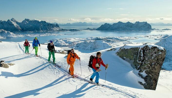 Norwegian Adventure Company byr på fantastiske turer i Lofoten. Skrova til høyre bak i bildet. (Foto: Sverre Hjørnevik/Norwegian Adventure Company)