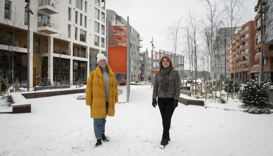 Ida Gravdal Haldorsen, leder for Bjørvikaforeningen og administrerende direktør Synnøve Lyssand Sandberg i OSU, på besøk på den populære Stasjonsallmenningen i Bjørvika. (Foto: Katrine Lunke)