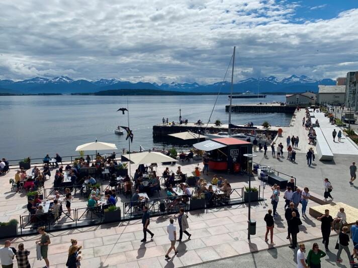 Sjøfronten, her sett gjennom et vindu i Molde Torget, er udiskutabelt blitt Moldes downtown. (Foto: Britt Janne Tennøy)