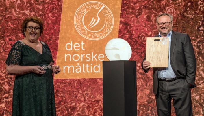 Landbruks- og matminister Olaug Bollestad delte ut hedersprisen til Bent Stiansen. (Foto: Det Norske Målod/Bitmap)