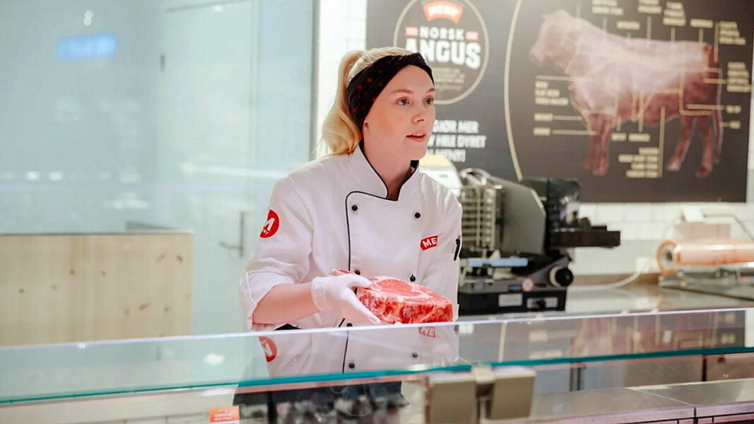 Elise Sollie Syversen trives godt som butikkslakterlærling hos Meny Røa. (Foto: Jørgen Nordby)