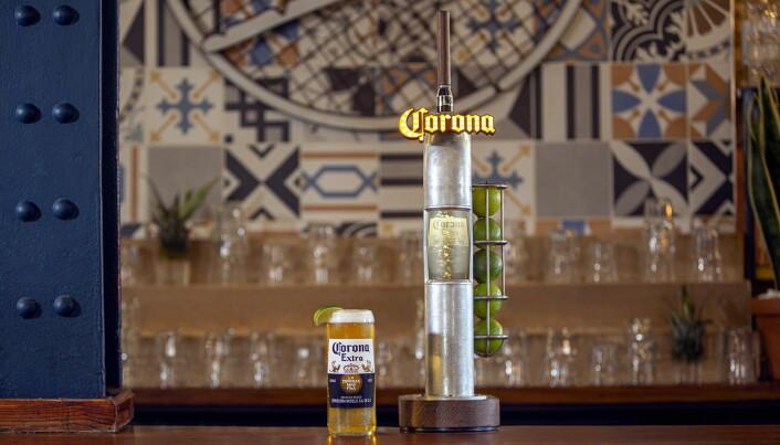 Tappetårnene har en egen limeholder. (Foto: Corona/AB InBev)