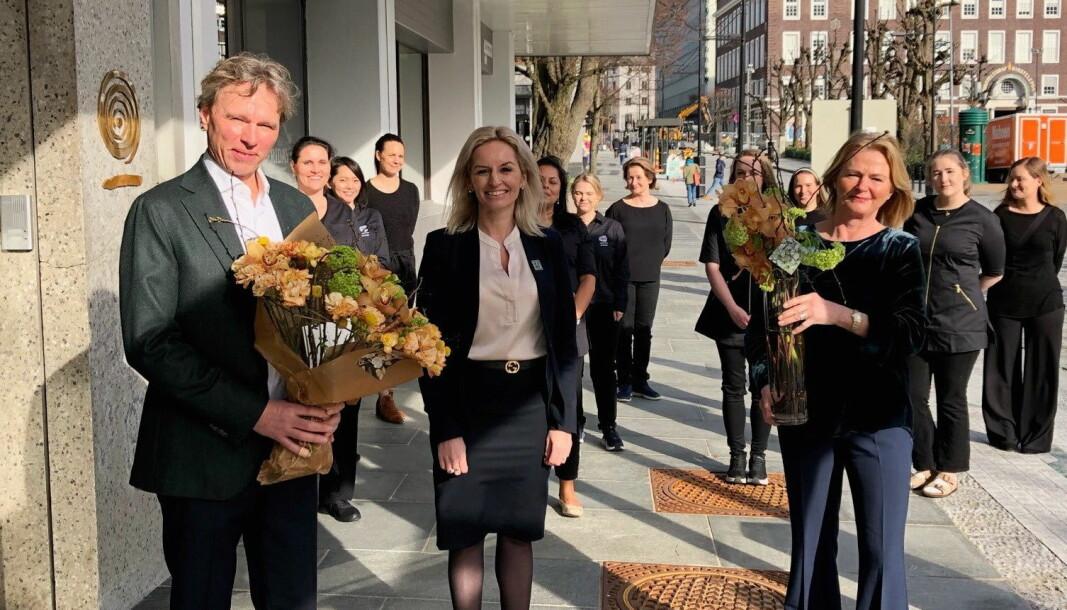 Hotelldirektør Lise Solheim omkranset av daglig leder i Artesia, Ketil H. Stenmarck (til venstre) og gründer og eier Anne Sofie Stenmarck. (Foto: Artesia Spa Hotel Norge)