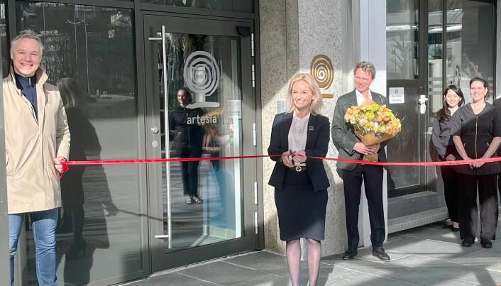 Direktør på Hotel Norge by Scandic, Lise Solheim, under den offisielle åpningen av Artesia Spa Hotel Norge i Bergen mandag 8. mars. Gårdeier Geir Hove til venstre i bildet, og daglig leder i Artesia, Ketil H. Stenmack, i bakgrunnen. (Foto: Artesia Spa Hotel Norge)