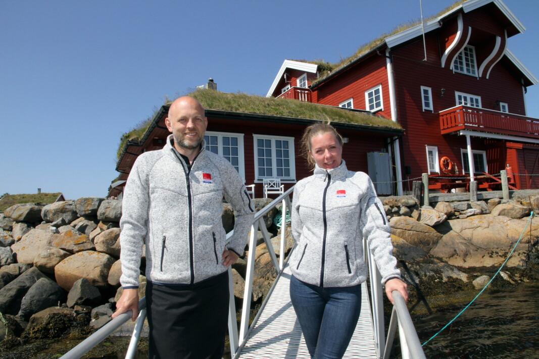 Hotellvertene Jørn Aase og Ingrid Sunde på brygga foran hotellet. (Foto: Morten Holt)