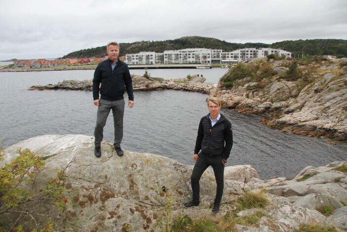 Gaute (til venstre) og Stig Ubostad fotografert før restaurant Under ble etablert i vika bak de to. I bakgrunnen Lindesnes Havhotell. (Foto: Morten Holt)