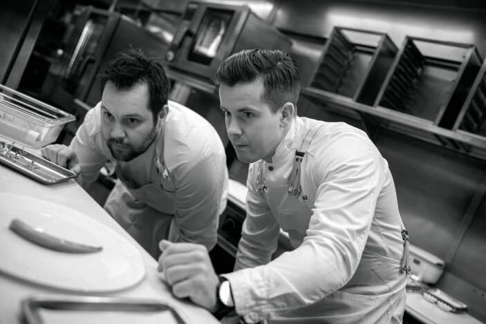 Christopher W. Davidsen og Håkon Solbakk i aksjon på kjøkkenet. (Foto: Wil Lee-Wright)