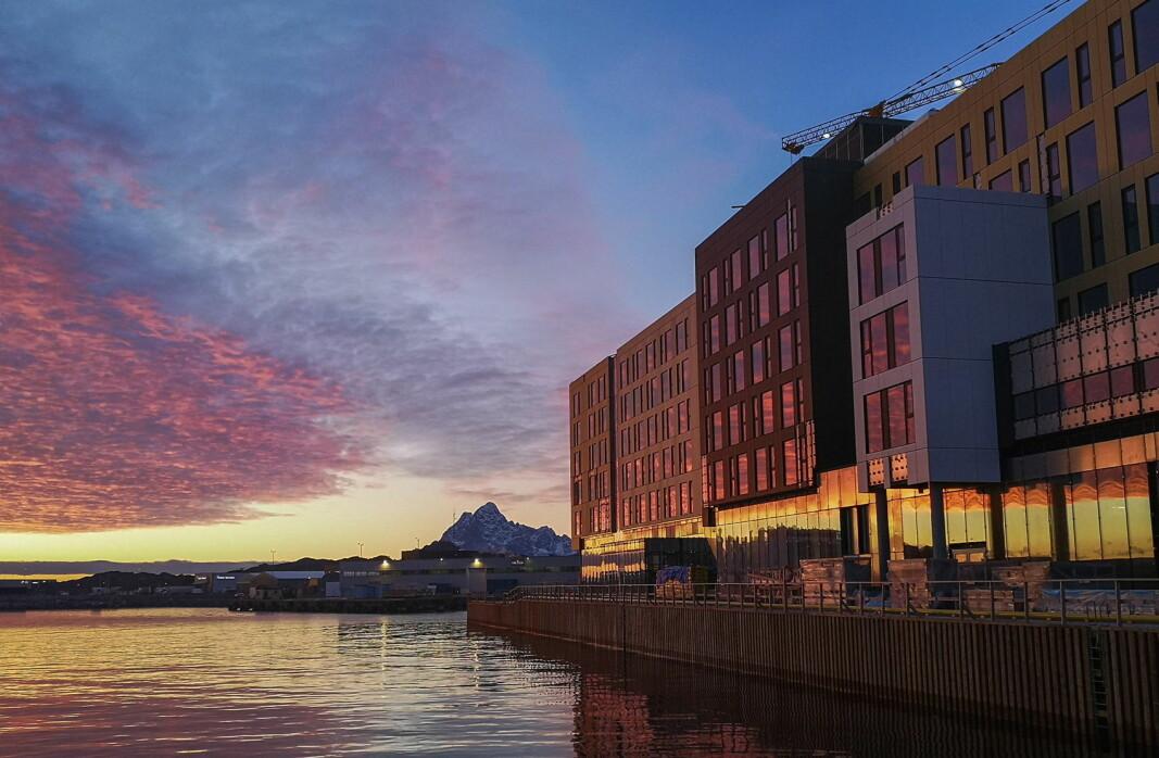Nye Thon Hotel Svolvær ligger helt ytterst på kaia i Svolvær. (Foto/Illustrasjon: Thon Hotels)
