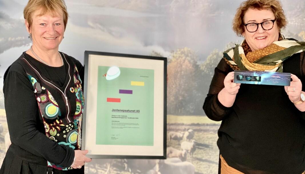 Direktør for bærekraft i Innovasjon Norge, Inger Solberg, og landbruks- og matminister Olaug Bollestad, delte ut prisen til Jentene på tunet. (Foto: Innovasjon Norge)