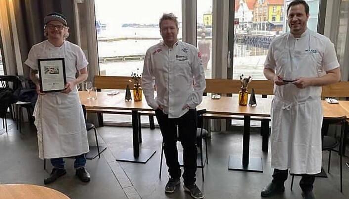 Karl Erik Pallesen (til venstre) og Lars Erik Kristiansen sammen med manager for de norske kokkelandslagene, Gunnar Hvarnes (midten). (Foto: NKL/Fisketorget)
