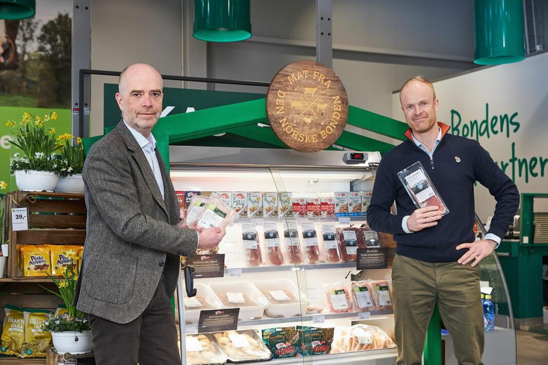 Trond Fidje fra Felleskjøpet og Petter Brinchmann fra Nortura i pilotprosjekt kvalitetsmat i bondens butikk. (Foto: Nortura)