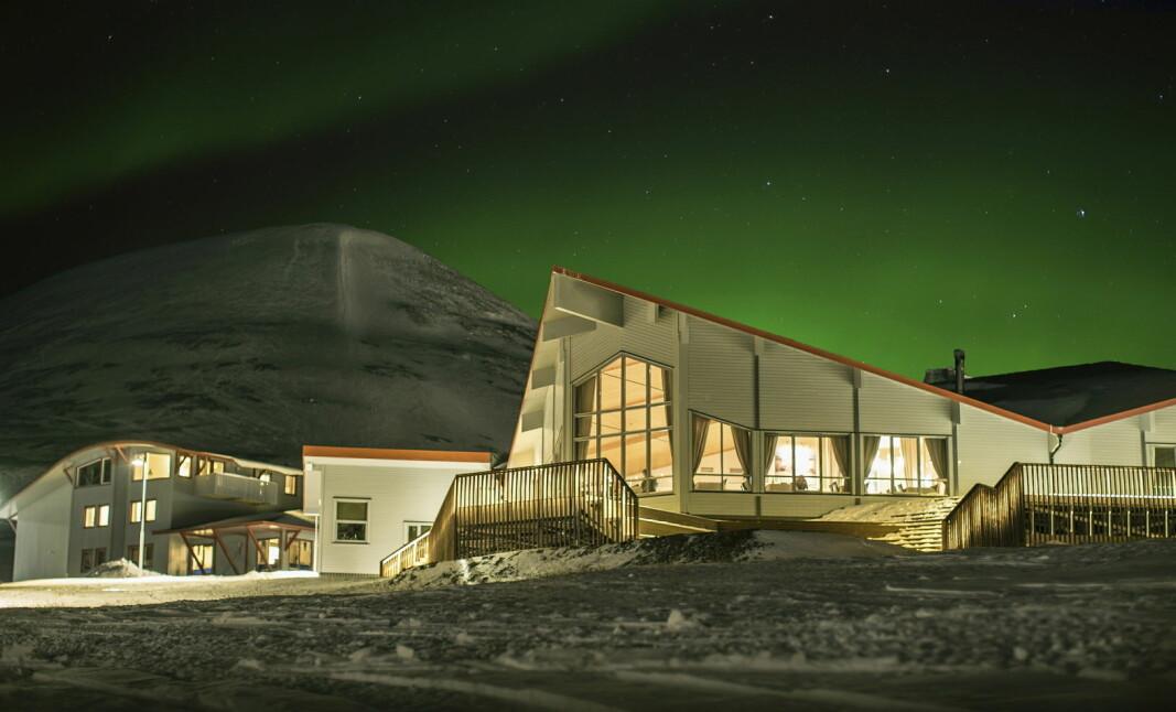 Hurtigruten Svalbard skal fortsatt drive Polarhotellet og resten av hotellene, restaurantene og butikkene i Longyearbyen selv om bygningsmassen selges til Store Norske. (Foto: Shutterbird Productions/Hurtigruten Svalbard)