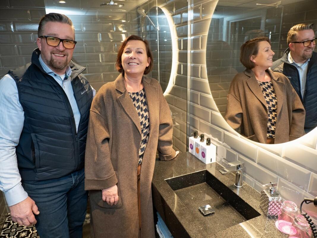 – Her har vi levert servantene og sisternekassene, også, viser Pål Hornsnes og Ingeborg Rasmussen i Aardal. (Foto: Georg Mathisen)