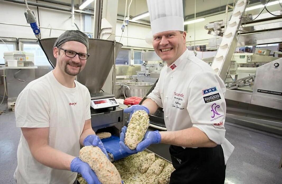 Svein Jæger Hansen (til høyre) lanserer villmarksbrødet i samarbeid med Bakeriet. (Foto: Privat)