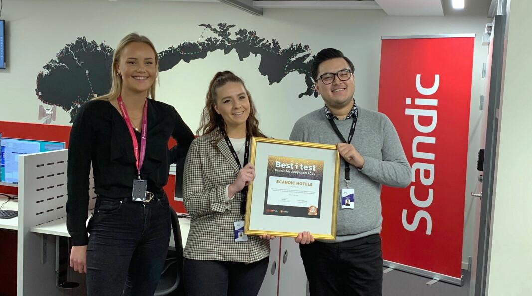 Scandics kundesenter har vunnet «Kundeserviceprisen» to år på rad. Her er Ane Natvig, Camilla Elvenes og teamleder Martin Ervik med fjorårets seiersbevis. Kundesenteret har per dags dato 12 ansatte. (Foto: Scandic Hotels Norge)