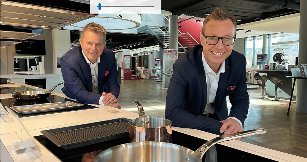 Espen Tho (til høyre) er ny administrerende direktør for Miele Norge. Til venstre avstroppende leder Anders Kjekstad, som ny blir ny marketingdirektør for Miele i Norden. (Foto: Stian Sønsteng, Elektronikkbransjen.no)